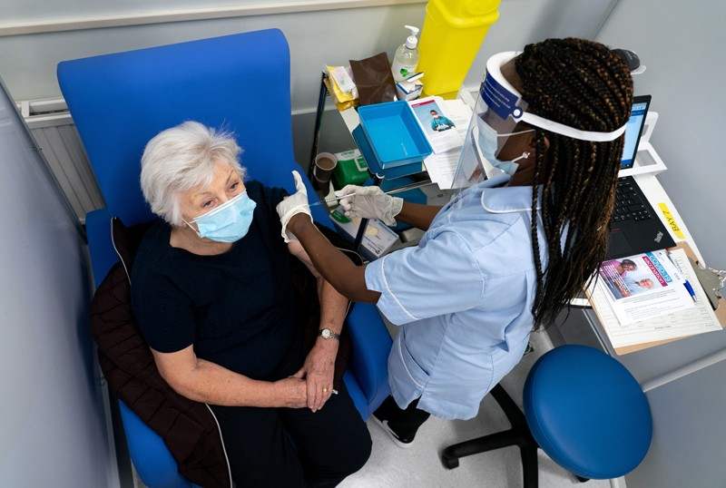 Các mũi vaccine Covid-19 đã được thử nghiệm đầy đủ tại Vương quốc Anh đầu tiên đã được tiêm vào đầu tháng 12. Ảnh: Dan Charity/AFP/Getty