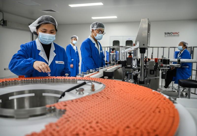 Lọ vaccine Covid-19 của Sinovac Biotech trên dây chuyền sản xuất ở Bắc Kinh. Ảnh: Kevin Frayer / Getty