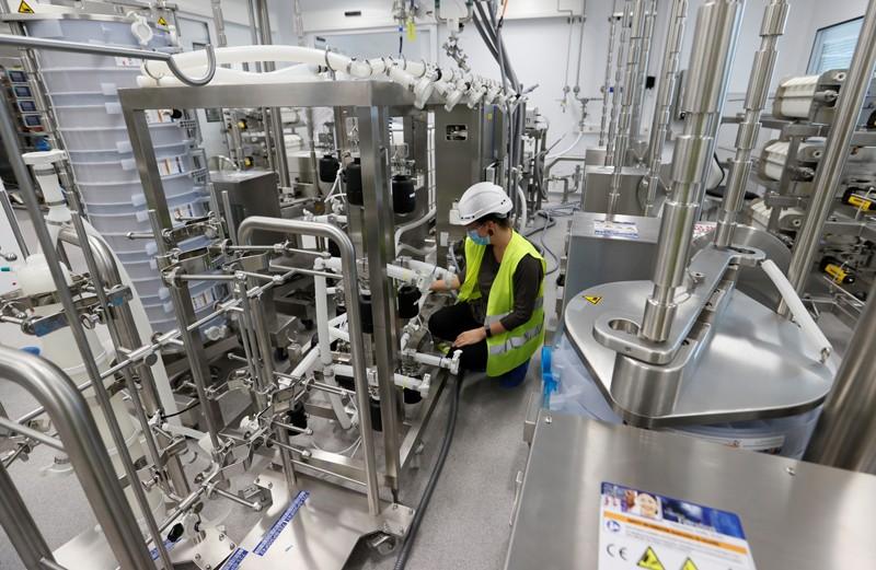Vaccine mRNA Covid-19 của Moderna sẽ được sản xuất bởi công ty công nghệ sinh học Lonza sản xuất tại các cơ sở ở Visp, Thụy Sĩ. Ảnh: Denis Balibouse / Reuters