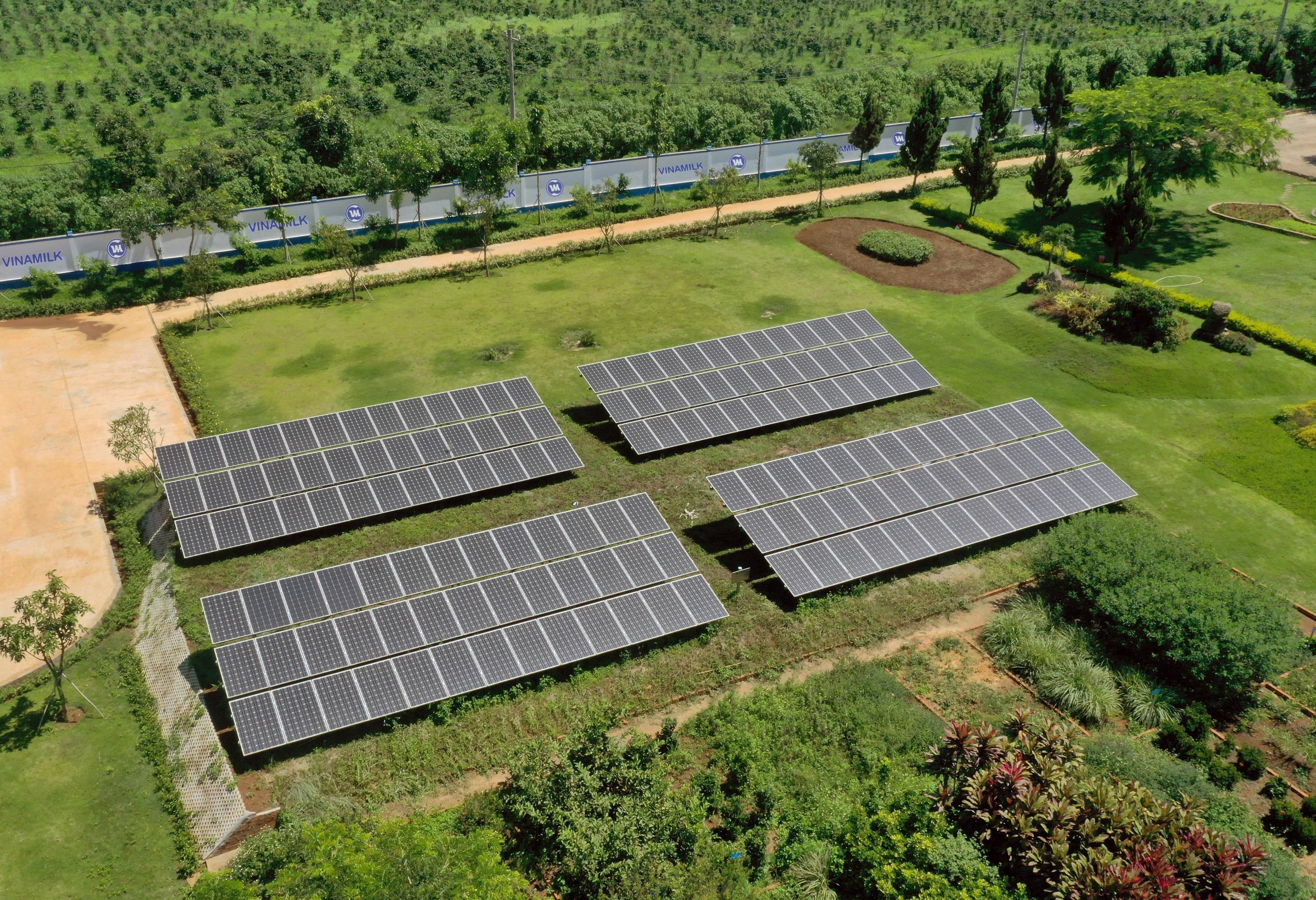 Nhà máy Vinamilk lắp đặt các tấm pin mặt trời. Nguồn: Minh Thi/ VGP