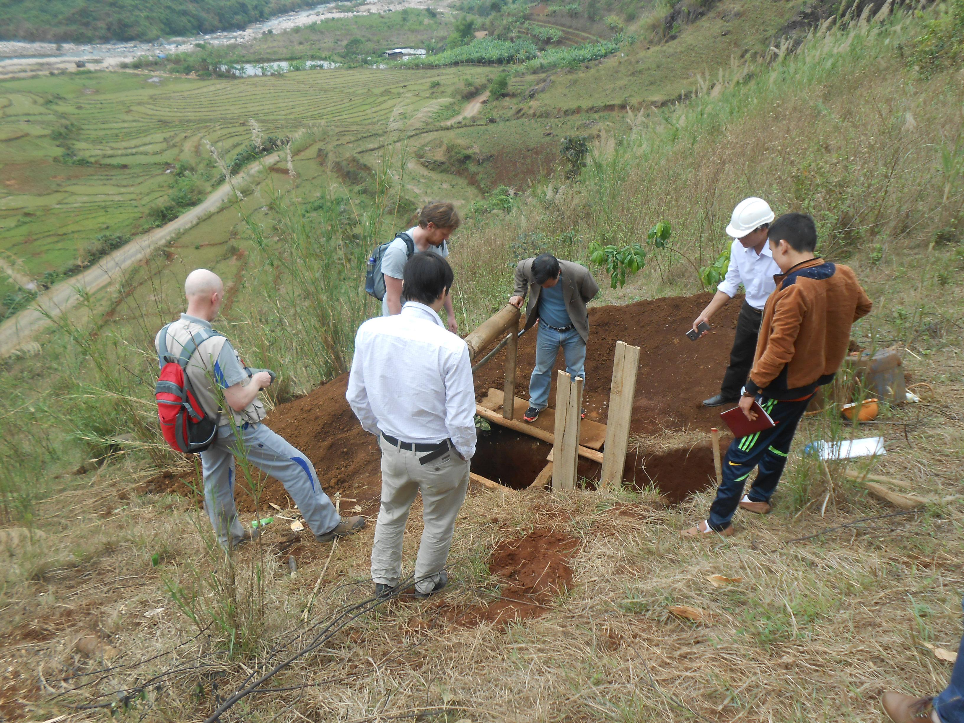 Nhóm nghiên cứu lấy mẫu ở mỏ Nậm Xe: Nguồn: PGS Phan Quang Văn.