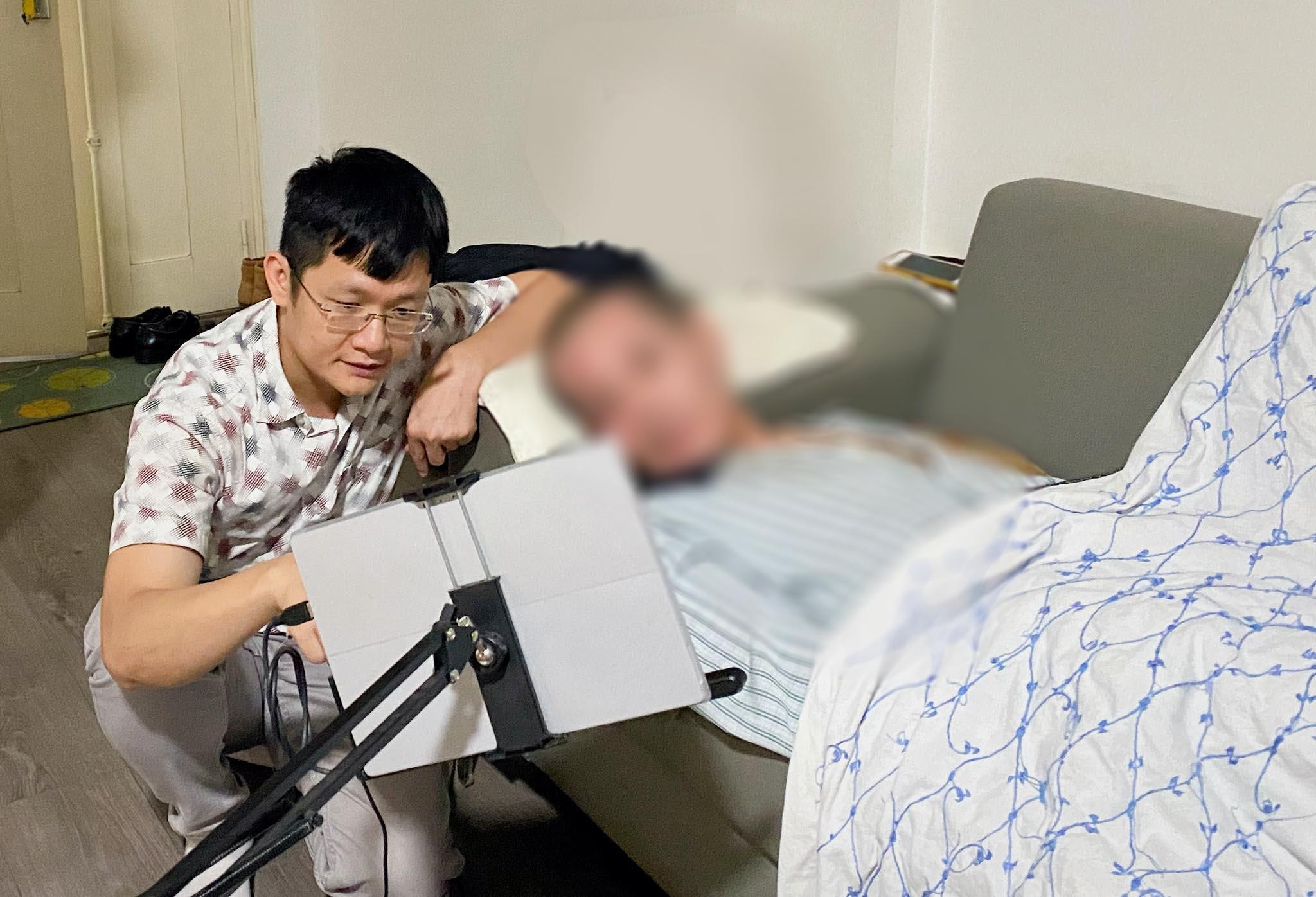 PGS.TS Lê Thanh Hà và một bệnh nhân đang dùng thiết bị Blife. Nguồn: VNU-Media