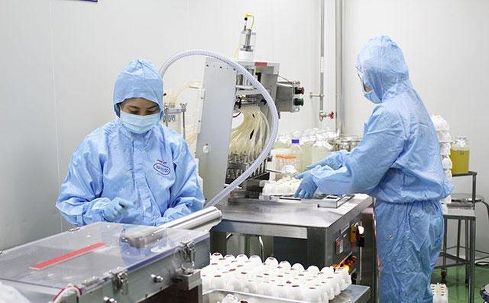 Kết quả Nghiên cứu tạo giống gốc để sản xuất vaccine cúm A/H5N1, mã số SPQG.05b.03 đã được chuyển giao cho Công ty Cổ phần Thuốc thú y Trung ương (NAVETCO) và được Bộ Nông nghiệp và Phát triển nông thôn cấp phép sản xuất và lưu hành. Ảnh: Sản xuất vaccine tại NAVETCO.