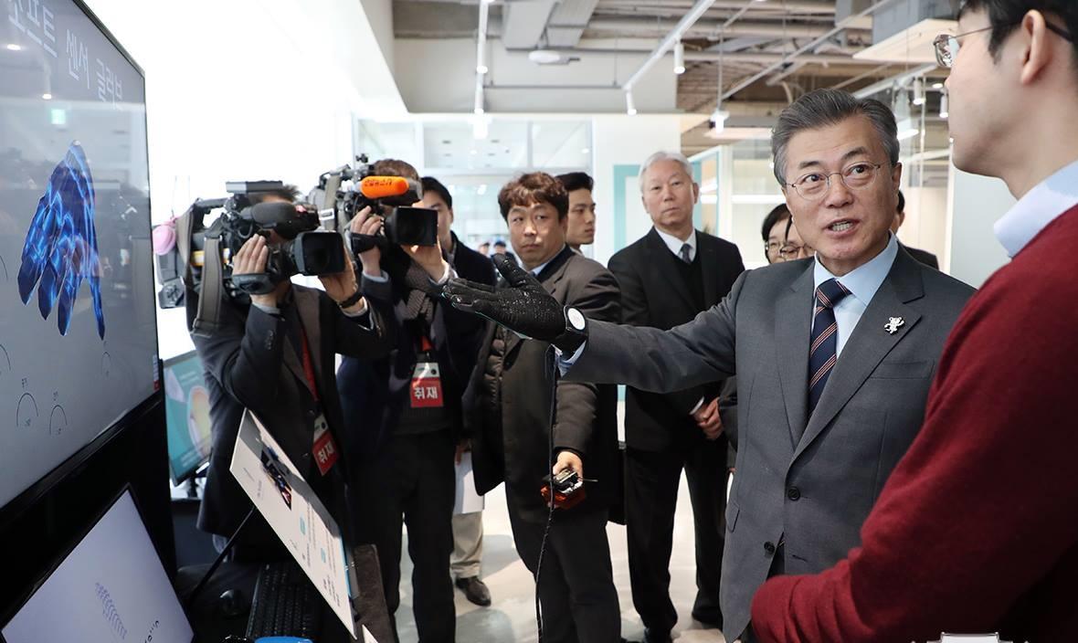 Tổng thống Moon Jae-in tới dự lễ tốt nghiệp vào năm 2018 của sinh viên Viện KH&CN Quốc gia Ulsa (UNIST) - một trong bốn cơ sở đào tạo hàng đầu Hàn Quốc. Nguồn: UNIST