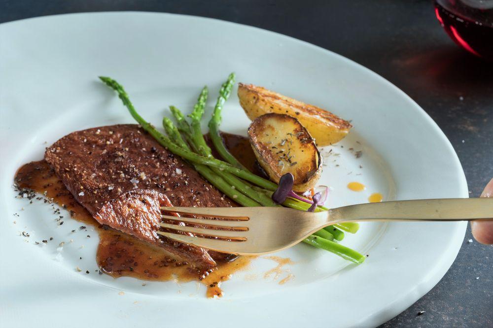 Món bít tết làm từ thịt bò nuôi trong phòng thí nghiệm. Ảnh: Aleph Farms