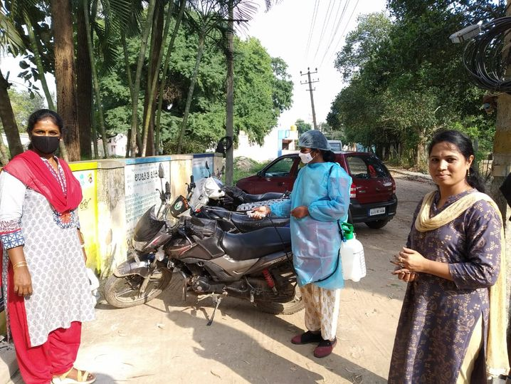 Kalavati khử trùng xe máy ở Bangalore.