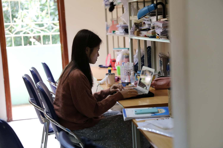 Thanh Ngân, sinh viên Khoa Quốc tế, ĐH Quốc gia Hà Nội, học online trong thời gian giãn cách xã hội. Nguồn: vnu.edu.vn