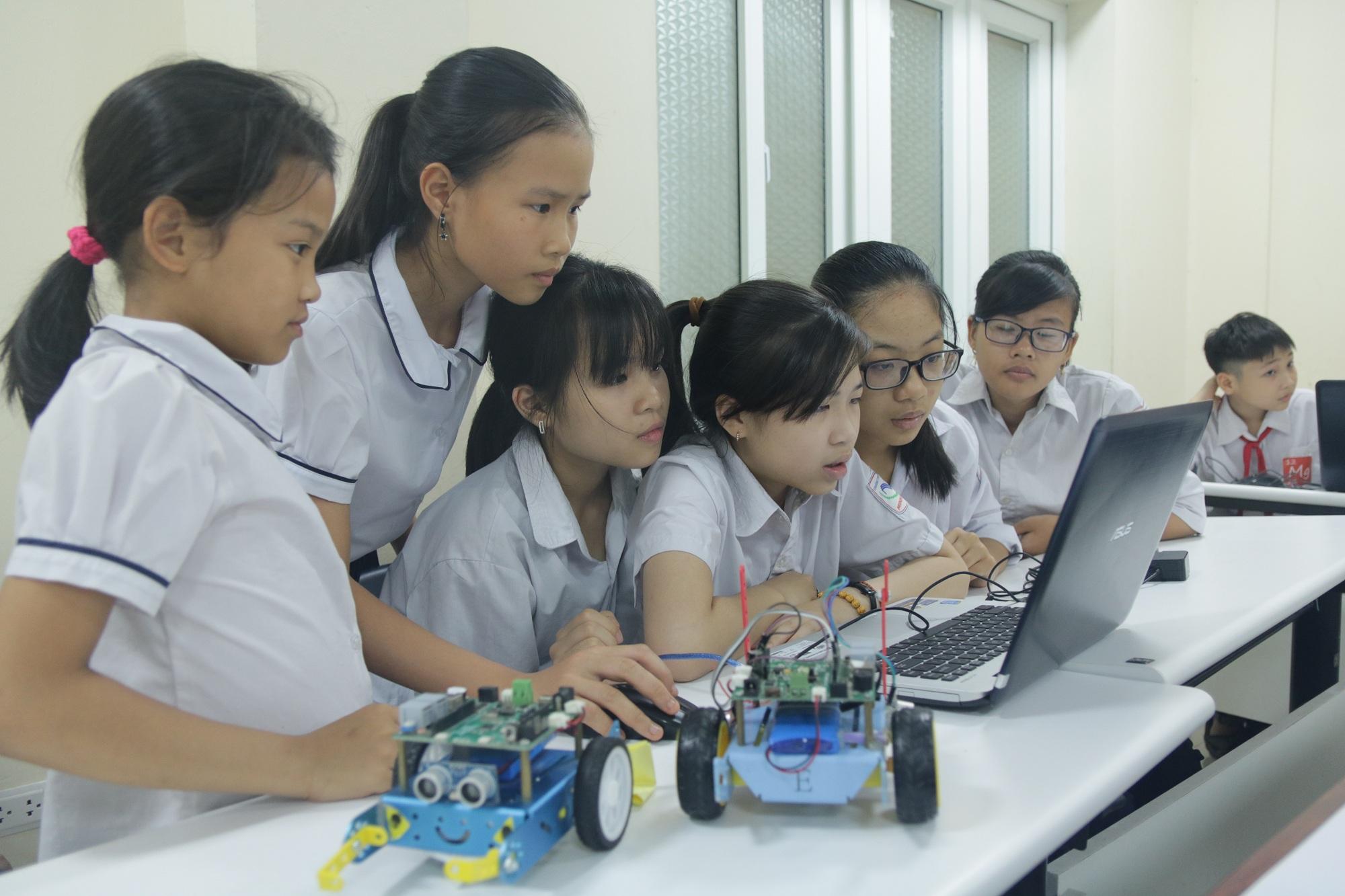 Format của Ngày hội STEM không khác biệt nhiều so với thế giới, gồm ba phần chính: trưng bày các dự án STEM, hội thảo về giáo dục STEM, và các bài giảng khoa học dành cho đại chúng. Trong ảnh: Các học sinh nữ cấp 1 tìm hiểu về lập trình robot tại Ngày hội STEM 2019. Ảnh: Ngô Hà