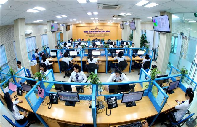 Trung tâm Chăm sóc khách hàng - nơi tiếp nhận thông tin và hướng dẫn khách hàng sử dụng các dịch vụ trực tuyến của ngành điện. Ảnh: Ngọc Hà/TTXVN