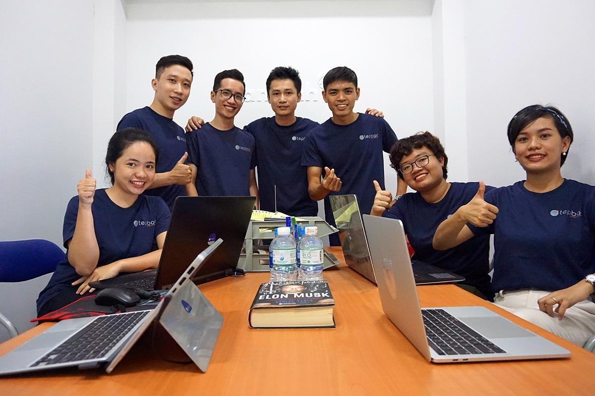 Trần Duy Phong (đứng giữa) và đội ngũ phát triển Tép Bạc và ứng dụng Farmext. Ảnh: NVCC