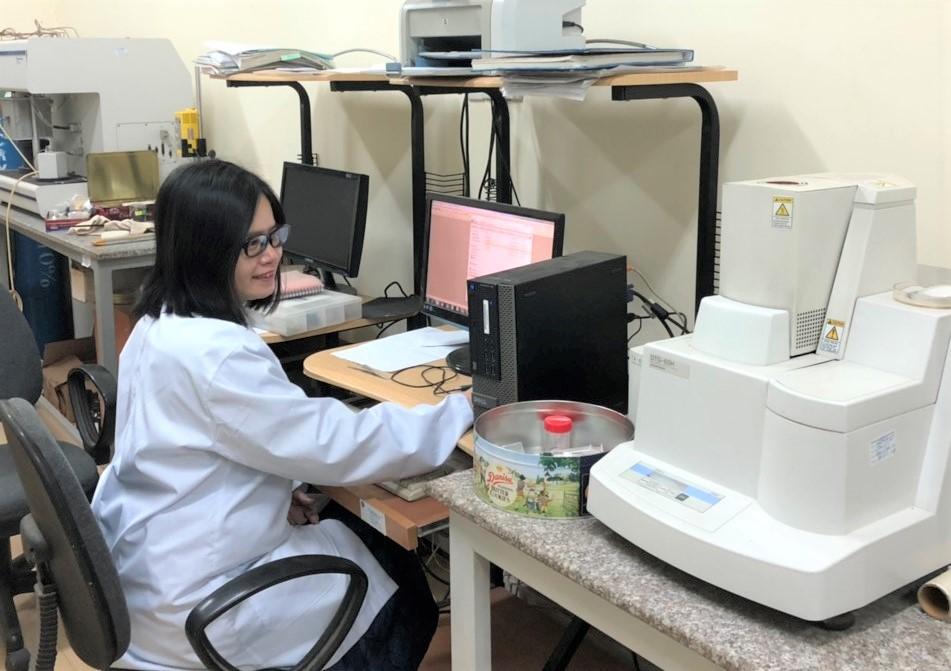 TS. Nguyễn Thị Mơ, thành viên nhóm nghiên cứu, trong phòng thí nghiệm.