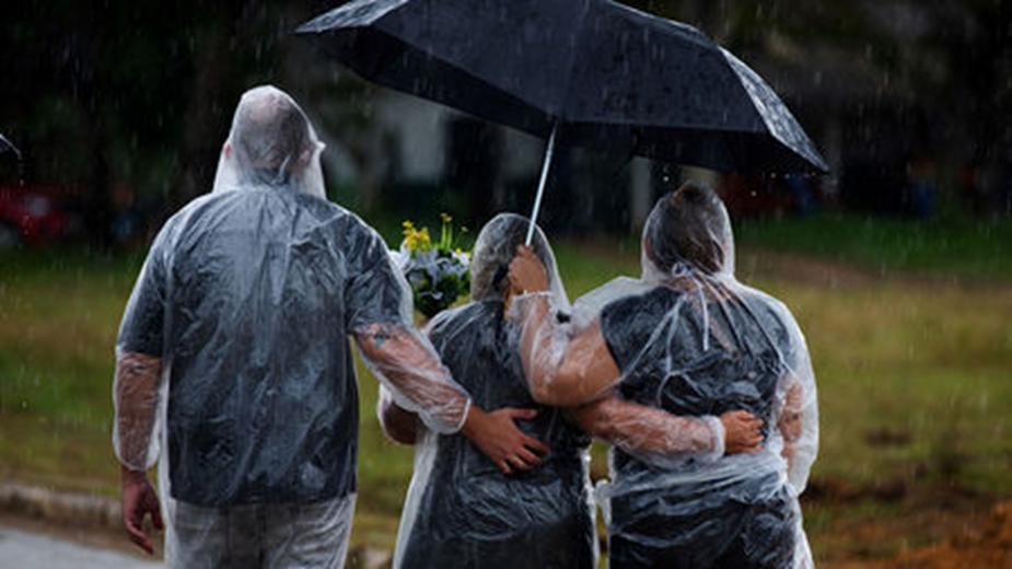 Những người thân trong đám tang của một bệnh nhân chết vì Covid-19, ở Manaus, Brazil, 13/01/2021. Ảnh: Michael Dantas-AP/Getty