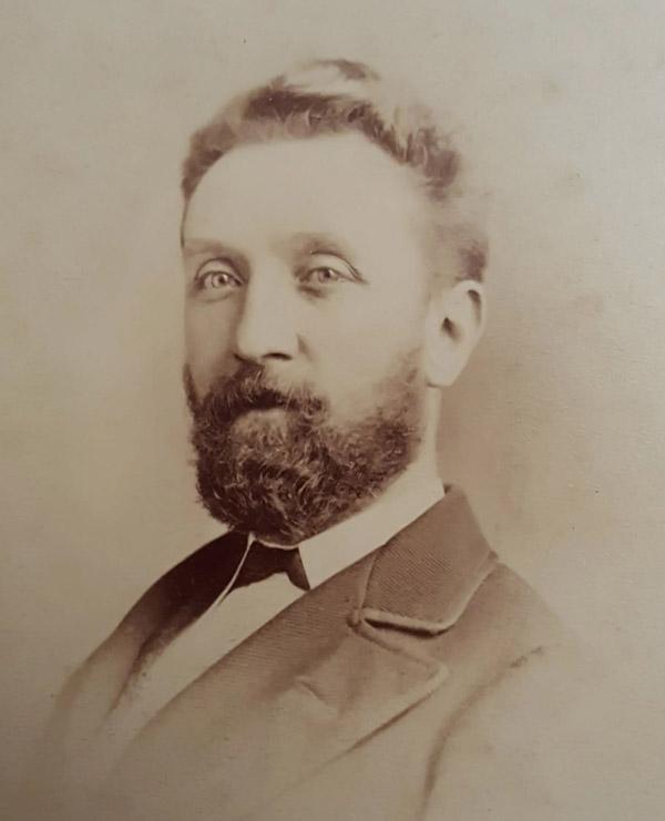 Ông Pryce Pryce-Jones.