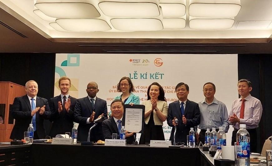 Phó chủ tịch UBND TP.HCM Dương Anh Đức (giữa) và đại diện Đại học RMIT ký biên bản ghi nhớ nhằm thúc đẩy hợp tác trong một số lĩnh vực phát triển chính của thành phố   Nguồn: RMIT