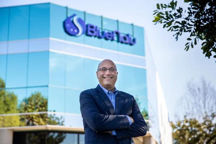 Lou Cooperhouse, chủ tịch kiêm CEO của BlueNalu, đứng trước cơ sở sản xuất thử nghiệm tại San Diego. Ảnh: BlueNalu.