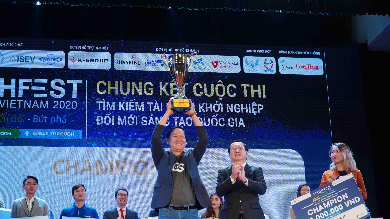 Go Studio là đội ngũ mạnh từ lâu, nhưng khi mà hầu hết các hoạt động thương mại chuyển sang online thì Go Studio mới vụt sáng trở thành người anh hùng của cuộc chơi. Ảnh: Bộ trưởng Bộ KH&CN Huỳnh Thành Đạt trao cúp vô địch TechFest 2020 cho Go Studio.
