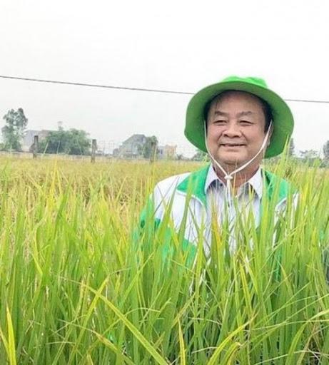 Ông Lê Minh Hoan trên cánh đồng lúa ở Đồng Tháp.