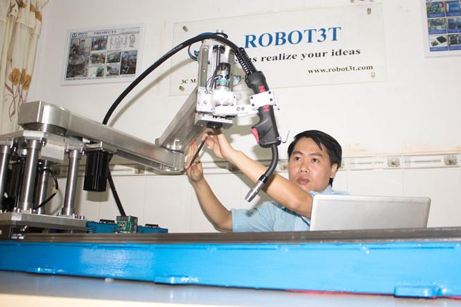 Kỹ sư Trương Trọng Toại đã nghiên cứu, thiết kế và chế tạo sản phẩm Robot3T giúp tự động hóa một số công đoạn trong quá trình sản xuất của các doanh nghiệp cơ khí vừa và nhỏ đạt hiệu quả cao.Ảnh: Robot3T.com