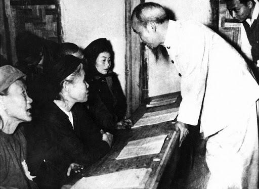 Bác Hồ thăm lớp học tại Lương Yên, Hà Nội, 1956. Ảnh: Vietnamnet