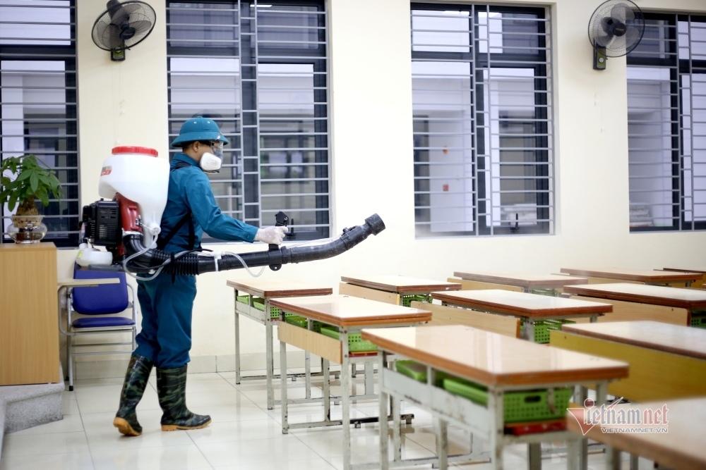 Hà Nội phun khử trùng trường học vào tháng 2 năm ngoái trước tình hình dịch bệnh từ virus corona lan rộng. | Ảnh: vietnamnet
