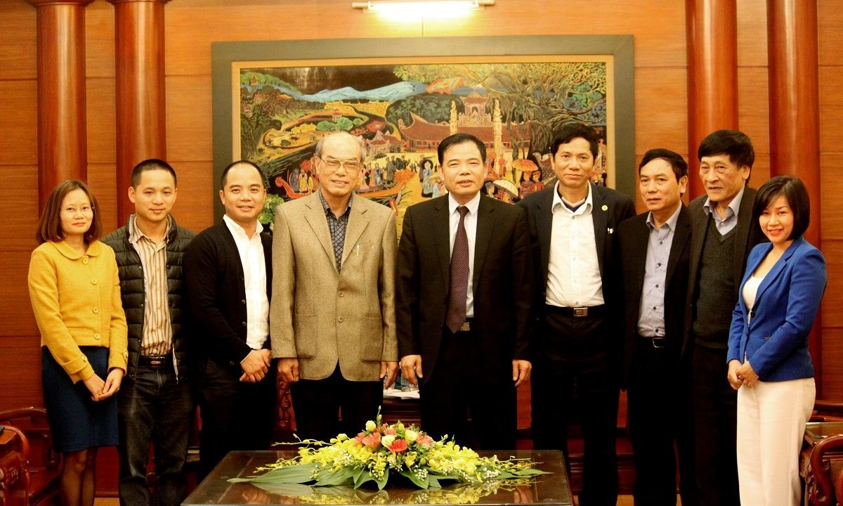 WeatherPlus là một doanh nghiệp trẻ khai phá thị trường dịch vụ khí tượng thủy văn ở Việt Nam. Trong ảnh là một cuộc gặp giữa Bộ trưởng Bộ Nông nghiệp và Phát triển Nông thôn Nguyễn Xuân Cường và Ban giám đốc WeatherPlus (AgriMedia). Nguồn: WP
