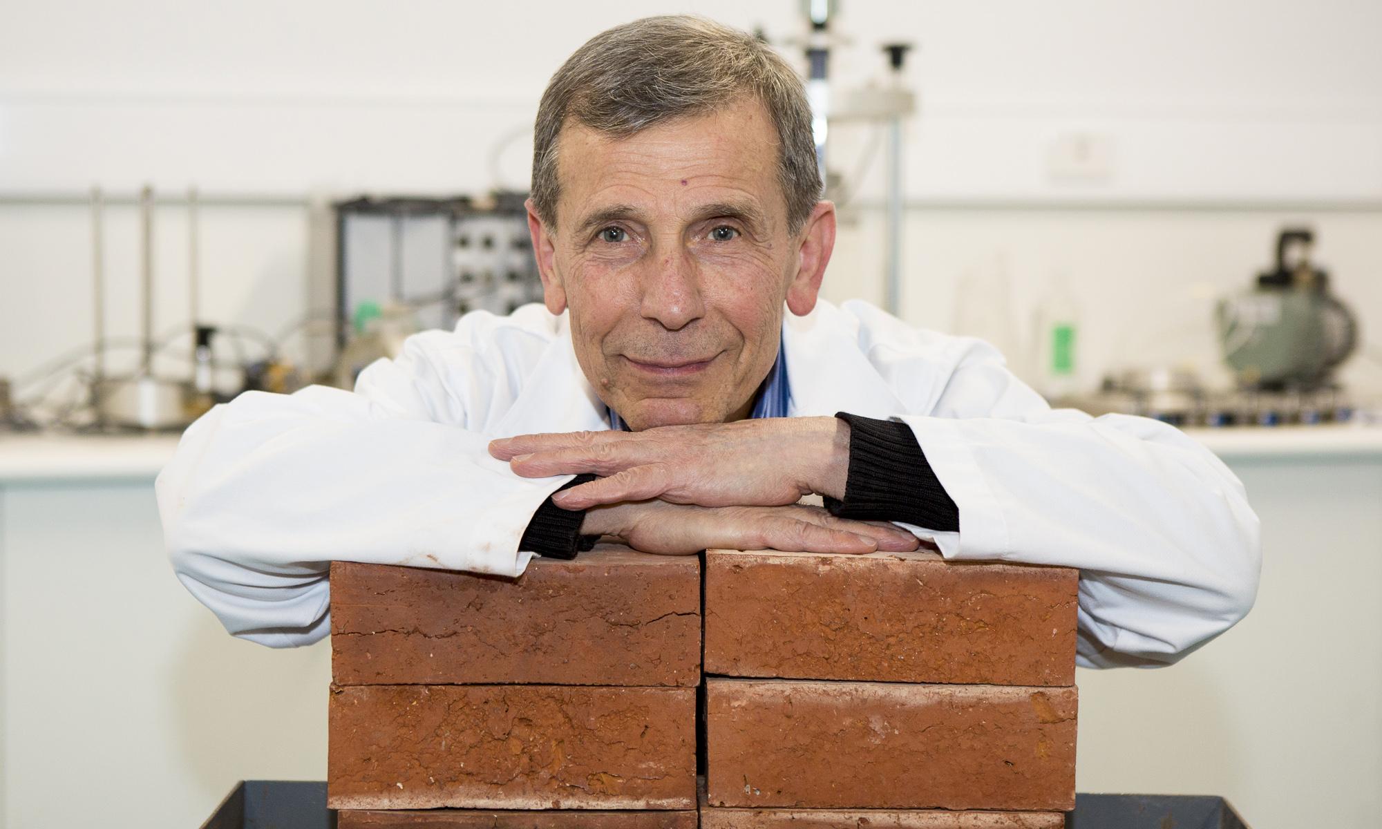 Chủ nhiệm nhóm nghiên cứu Phó giáo sư Abbas Mohajerani và gạch làm từ đầu lọc thuốc lá. | Ảnh: RMIT