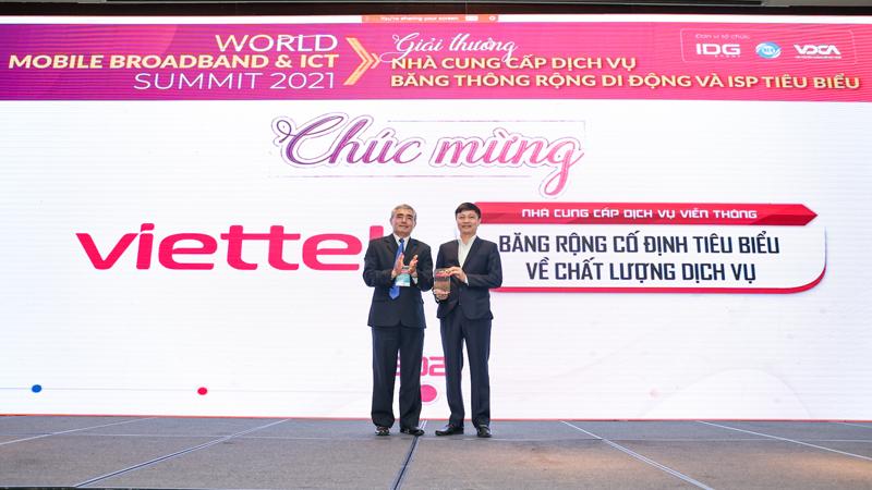 Viettel cũng là 1 trong 2 doanh nghiệp được nhận giải thưởng điện toán đám mây (ông Đồng Sỹ Cường- Phó Giám đốc Trung tâm Giải pháp và Dịch vụ số, Công Viettel IDC lên nhận giải thưởng)