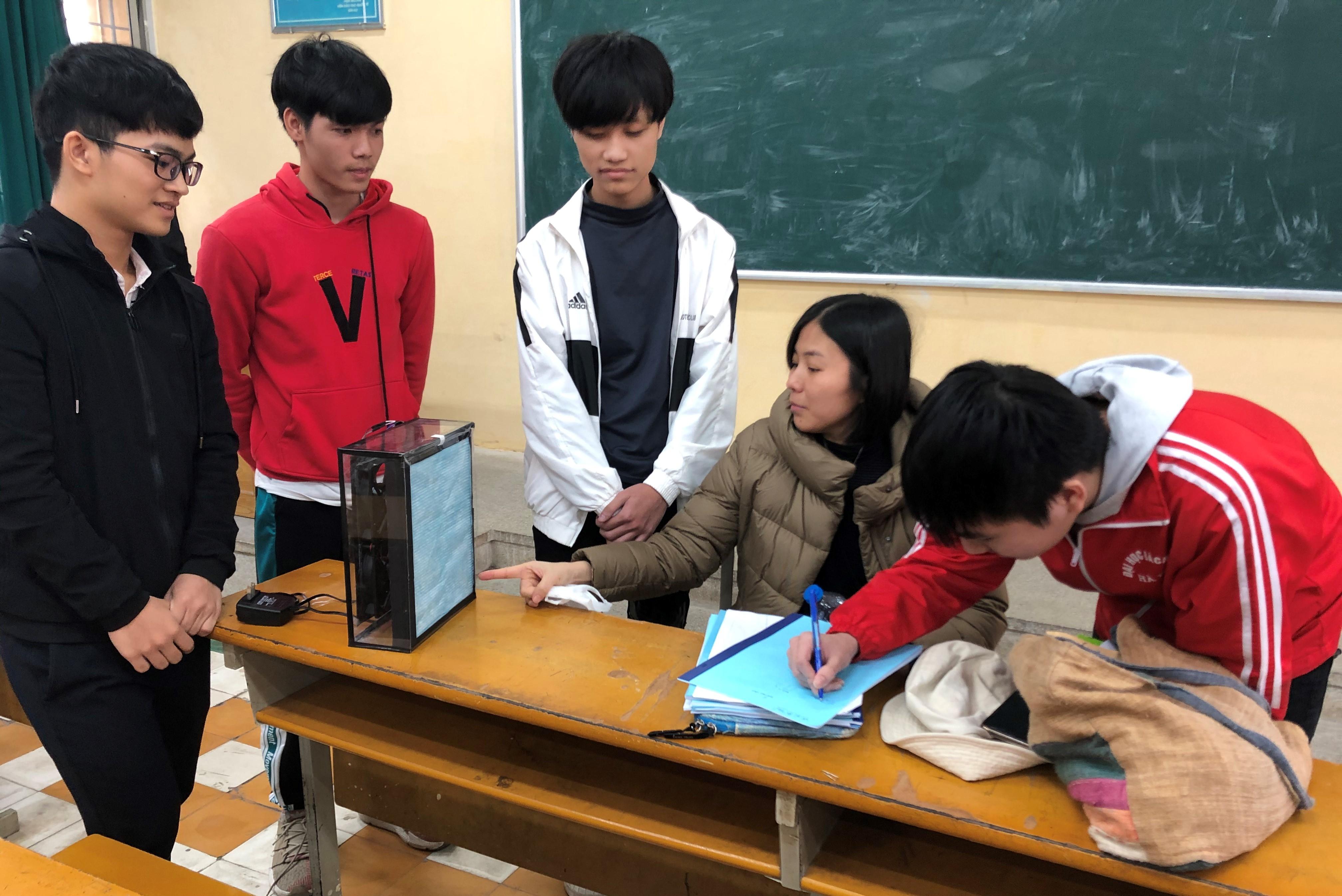 Giáo viên hướng dẫn học sinh về màng lọc không khí
