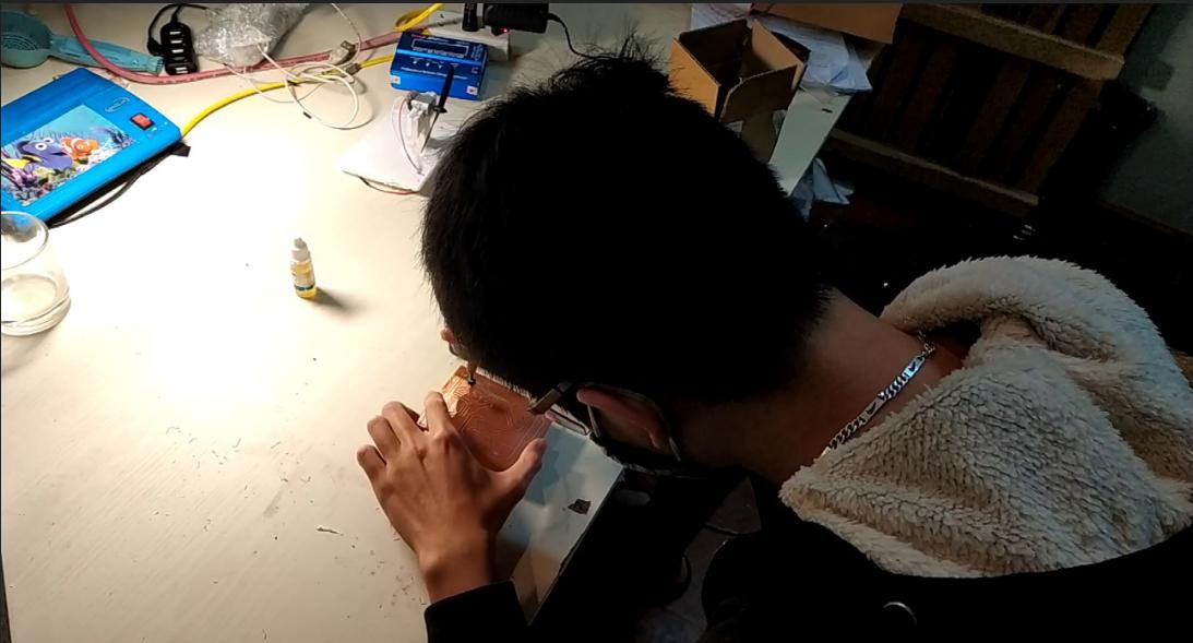 Đội thi PPlab khoan mạch điện để lắp máy đo chất lượng không khí | Ảnh: Air SENSE
