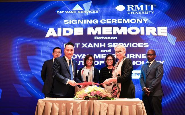 Đại diện DXS và đại diện RMIT Melbourne thực hiện nghi thức ký kết | Ảnh: RMIT