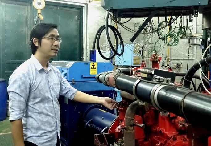 Ths. Nguyễn Đức Khánh bên cạnh một số động cơ tại Viện Cơ khí động lực – Trường Đại học Bách khoa Hà Nội | Ảnh: Ngô Hà, 2021