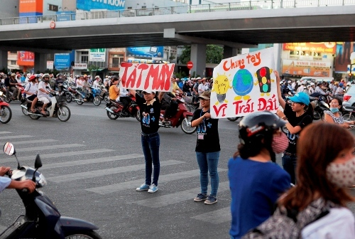 Dừng xe không tắt máy: Hà Nội mất cả tỷ đồng mỗi ngày