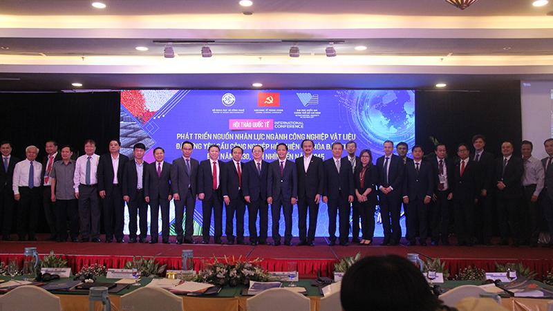 Đại diện Ban Kinh tế Trung ương, Bộ Khoa học và Công nghệ, Đại học quốc gia TP HCM và các diễn giả tham gia hội thảo. Nguồn: BTC