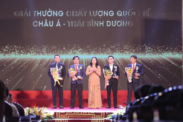Phó Chủ tịch nước Võ Thị Ánh Xuân trao giải thưởng Chất lượng Quốc tế Châu Á – Thái Bình Dương cho 04 doanh nghiệp. Ảnh: BTC