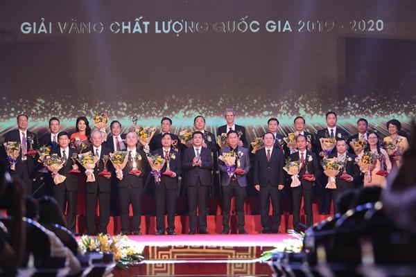 Bộ trưởng Bộ KH&CN Huỳnh Thành Đạt và Bộ trưởng Bộ Công thương Nguyễn Hồng Diên trao Giải Vàng chất lượng quốc gia cho các doanh nghiệp. Ảnh: BTC
