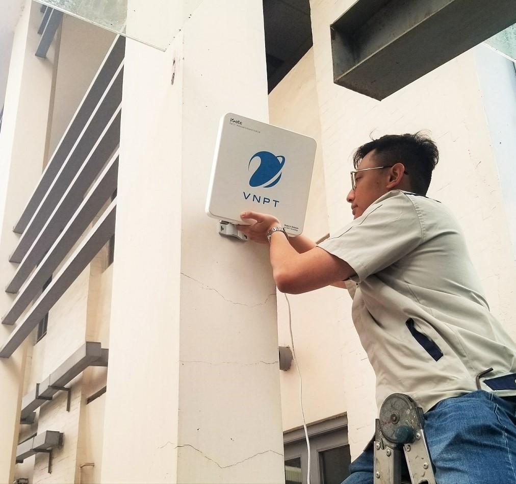 Kỹ sư lắp đặt thiết bị trạm gốc cỡ nhỏ đa công nghệ 4G/WiFi | Ảnh: VNPT Technology