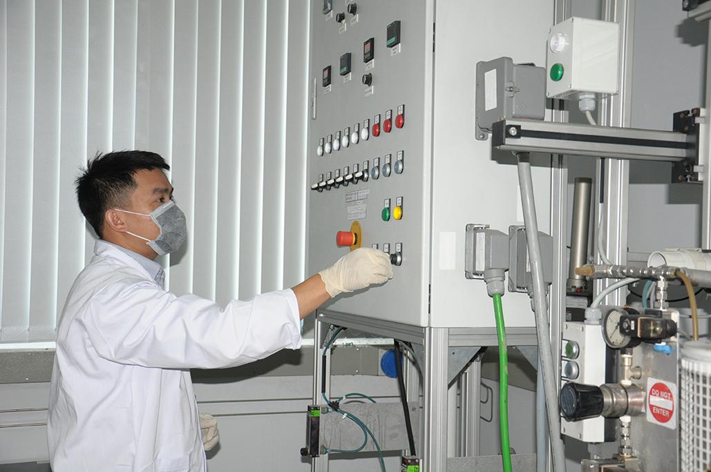Cán bộ nghiên cứu của Viện Dầu khí vận hành hệ thống đánh giá hoạt tính xúc tác cracking công nghiệp SCT-MAT. Ảnh: NVCC