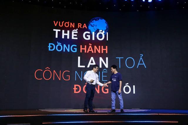 Ông Nguyễn Văn Khoa - Tổng giám đốc FPT bắt tay với ông Phạm Kim Hùng - CEO của Base. Nguồn: FPT