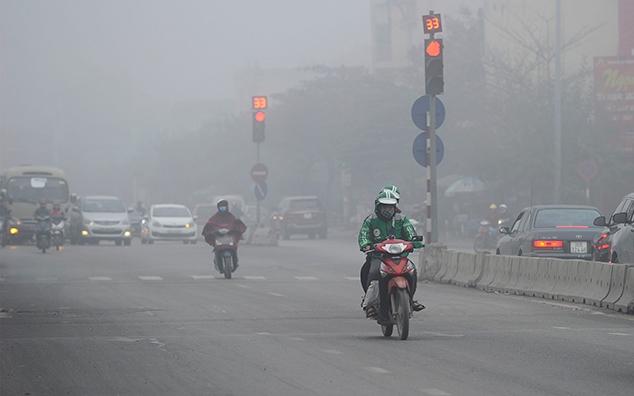Sương mù và bụi dày đặc trên đường Nguyễn Khoái, quận Hai Bà Trưng (Hà Nội). Ảnh: Nguyễn Đăng/nhandan.vn