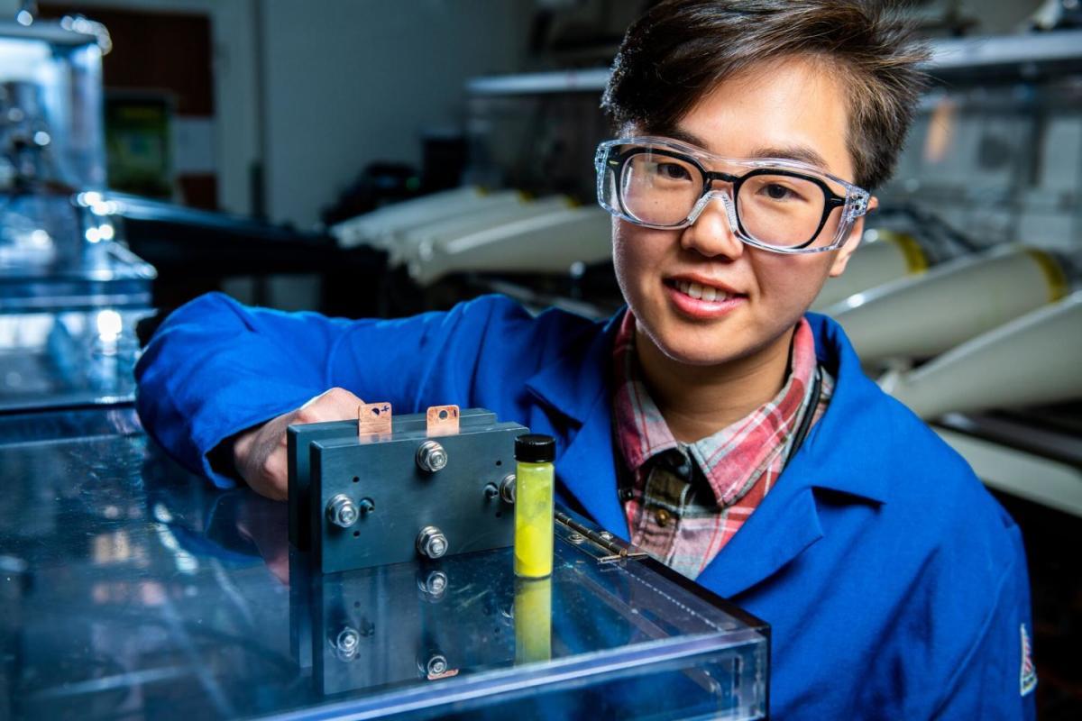 Nhà nghiên cứu Ruozhu Feng với loại pin dòng oxy hóa khử được phát triển tại PNNL. Ảnh: Andrea Starr/PNNL.
