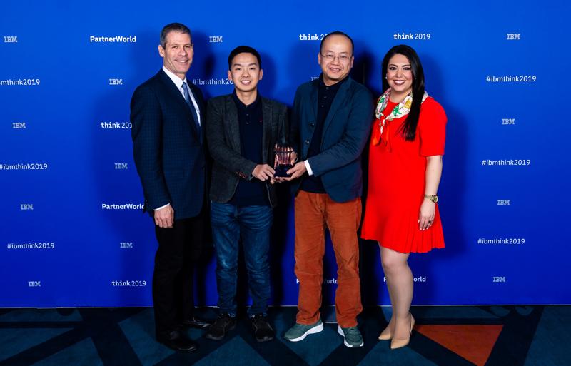 Anh Vũ Hải Nam (thứ 2 từ trái sang) nhận giải thưởng tại IBM. Nguồn: NVCC