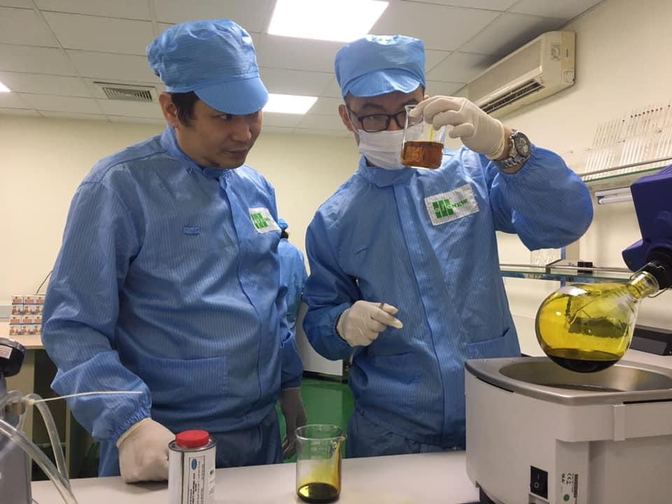 Anh Lưu Hải Minh (trái) trong phòng thí nghiệm chế tạo vật liệu nano. Ảnh: Hải Lý/OIC