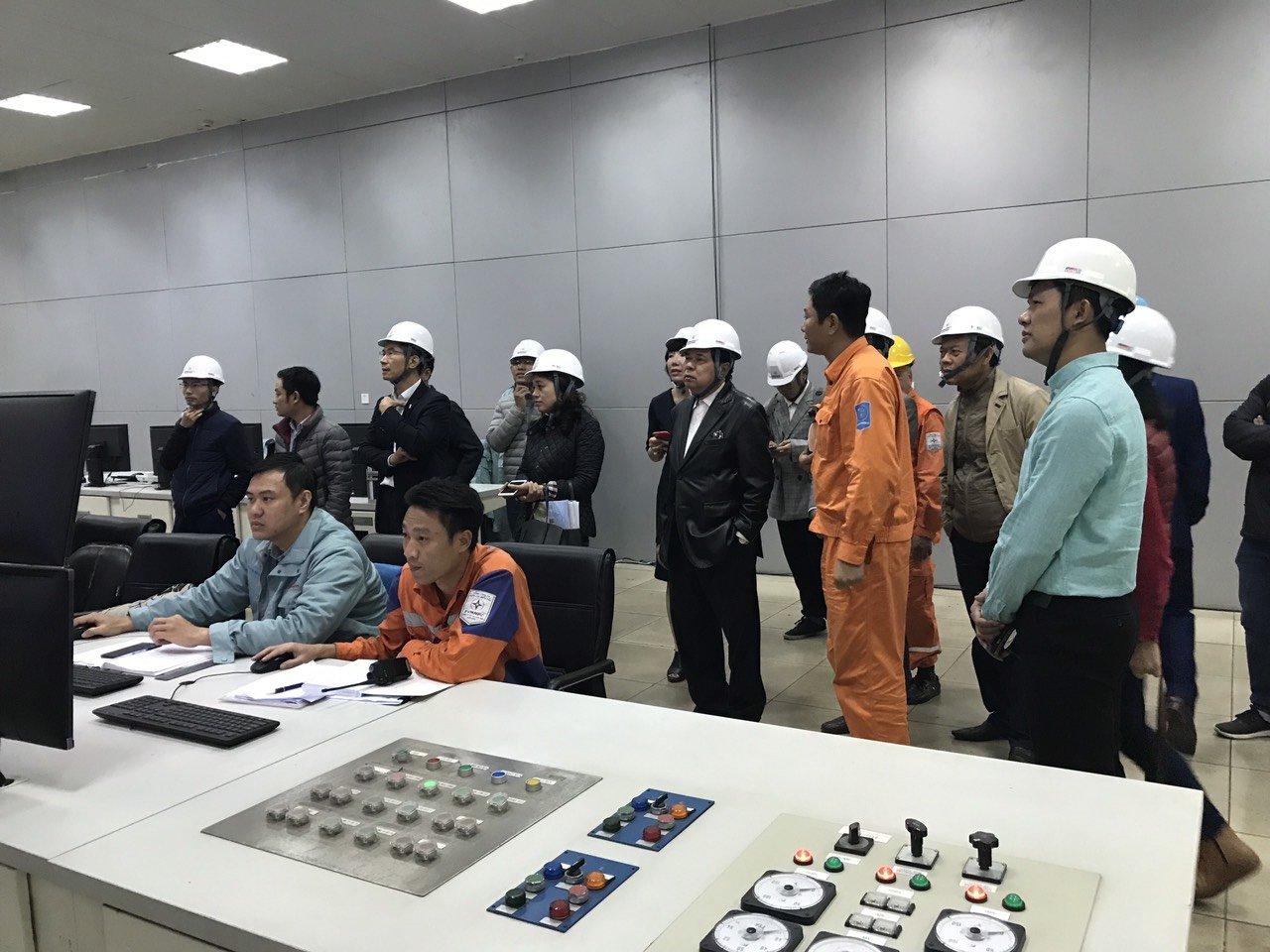Các nhà nghiên cứu theo dõi thông số kỹ thuật tại phòng điều khiển tổ máy số 3, Công ty Cổ phần Nhiệt điện Hải Phòng | Anh: NVCC