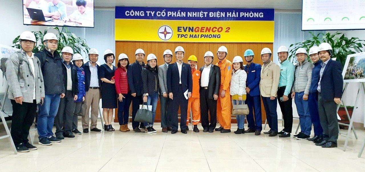 Các nhà nghiên cứu và đoàn kiểm tra công tác thí nghiệm đốt than kèm phụ gia tại Công ty Cổ phần Nhiệt điện Hải Phòng năm 2020-2021 | Ảnh: NVCC