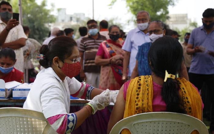Tiêm chủng vaccine COVID-19 ở Ấn Độ đang được đẩy mạnh để đối phó với tình hình bệnh tật lây lan nhanh chóng | Ảnh: AP