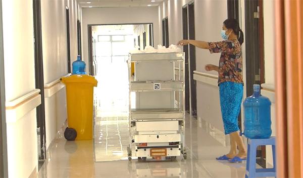 Robot VIBOT-2 vận chuyển đồ ăn đến từng phòng phục vụ bệnh nhân Covid-19 tại tầng 4 Zone 6 Bệnh viện Bạch Mai – Cơ sở 2, tháng 5/2021