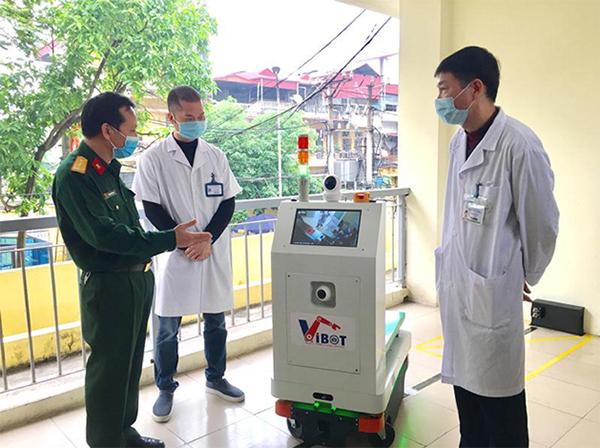 Chủ nhiệm đề tài giới thiệu robot VIBOT-1 với các bác sĩ bệnh viện Bắc Thăng Long, tháng 4/2020