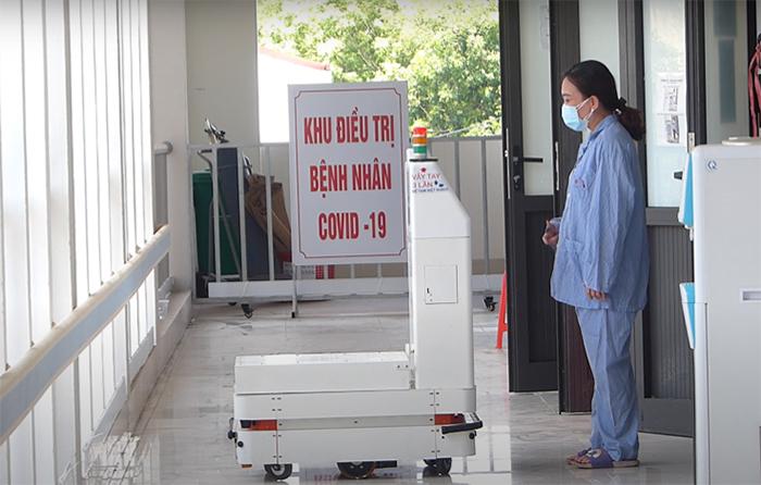 Robot VIBOT-2 đến từng phòng bệnh để hỗ trợ y bác sĩ thăm khám bệnh từ xa cho bệnh nhân F0 trong khu cách ly tại Bệnh viện Đa khoa Bắc giang, tháng 6/2021