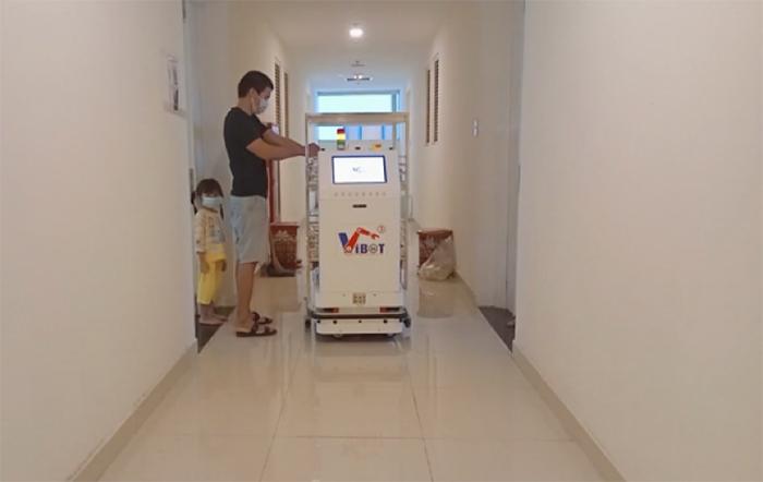 Robot VIBOT-2 vận chuyển đồ ăn đến từng phòng phục vụ bệnh nhân Covid-19 tại Bệnh viện dã chiến số 7, thành phố Hồ Chí Minh, tháng 8/2021.