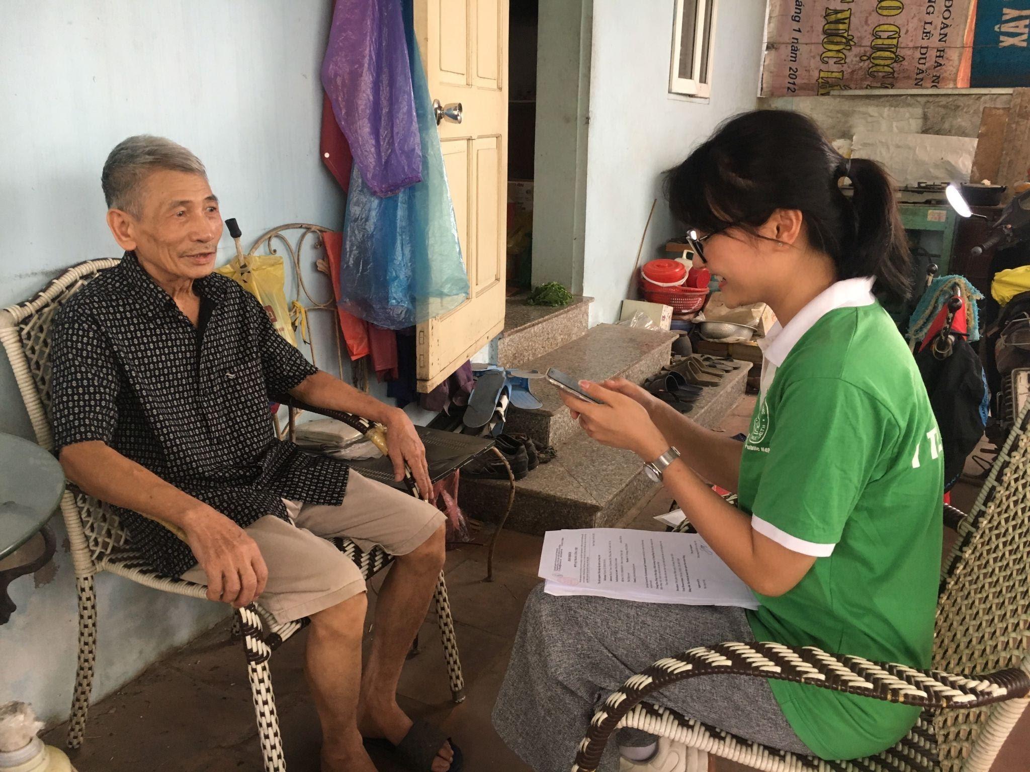 Thành viên nhóm dự án phỏng vấn người cao tuổi quận Bắc Từ Liêm   Ảnh: NVCC via Live&Learn